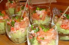 Avocadocrème met zalmblokjes en rivierkreeftjes