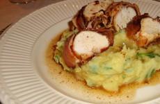 Kipfilet in ontbijtspek met aardappelpuree en rucola