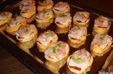 Stokbrood tomatentapenade, geitenkaas en ontbijtspek