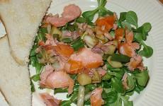 Gemengde salade met zalmsteak