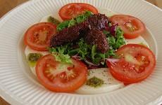 Salade caprese mozzarella tomaten pestodressing