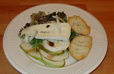 Salade van peer, rucola en blauwe kaas