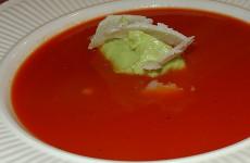 Tomaten-paprikasoep met avocado