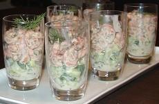 Glaasje met Hollandse garnalen en komkommer