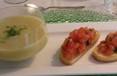 Venkelsoep met bruchetta met tomaat